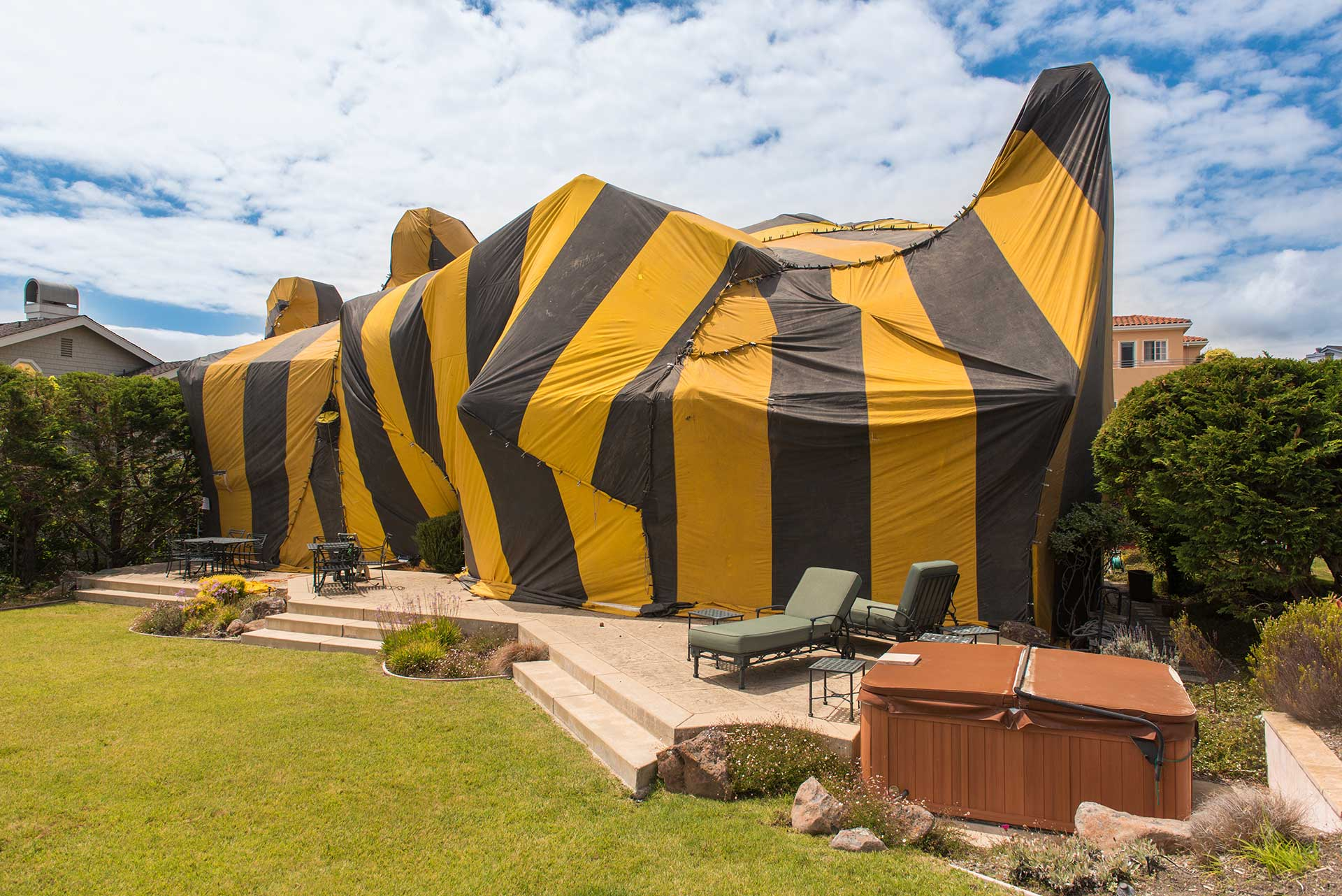 house covered in tenting used for termite control
